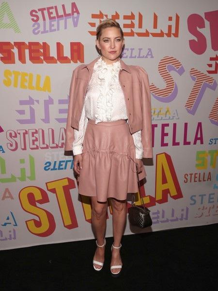 Diễn viên Kate Hudson diện cây đồ màu nude dự sự kiện. Mái tóc ngắn giúp nữ diễn viên 38 tuổi trông trẻ hơn nhiều