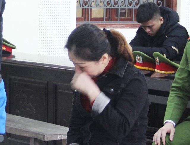 Nguyễn Thị Kim Anh nhiều lần bật khóc tại tòa. Thời điểm bị bắt giữ, Kim Anh đang nợ bản án 6 năm tù về tội Lừa đảo chiếm đoạt tài sản