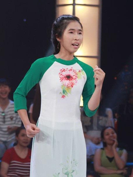 """Với 60 giây ở vòng 1, Hoàng Kim nàng trình bày ca khúc Nhiều người ôm giấc mơ của Lê Cát Trọng Lý với biểu cảm """"có một không hai"""". Chính biểu cảm của """"thánh đơ"""" ngay phần thể hiện khúc nhạc dạo đã khiến hai nam danh hài cười nghiêng ngả."""