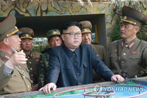 Nhà lãnh đạo Triều Tiên Kim Jong-un trong một chuyến thị sát biên giới. (Ảnh: Yonhap)