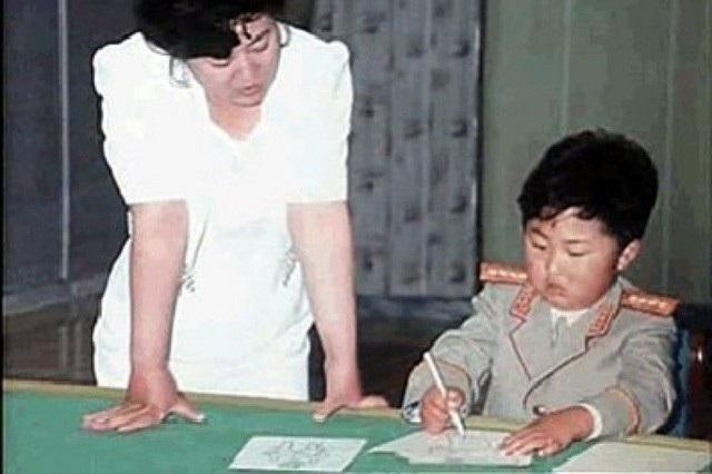 Ông Kim Jong-un từng mặc quần áo của quân đội khi còn nhỏ (Ảnh: Independent)