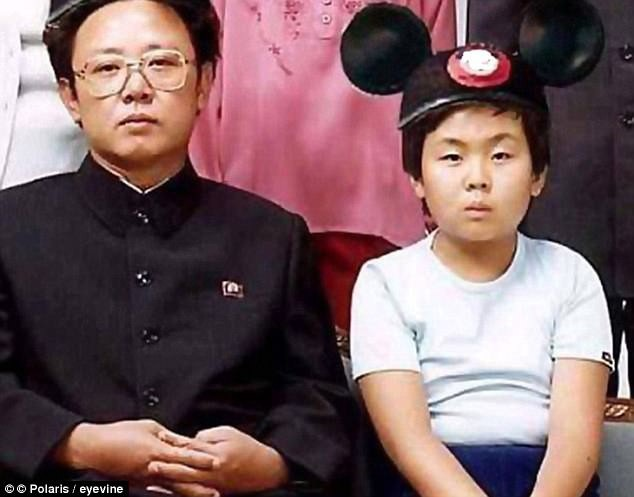 Ông Kim Jong-un thời nhỏ chụp ảnh cùng cha - cố lãnh đạo Kim Jong-il (Ảnh: Polaris)