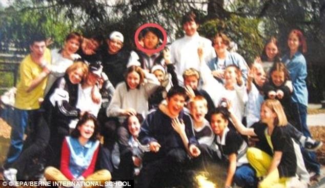 Ông Kim Jong-un (trong khoanh tròn đỏ) cùng các bạn học tại Thụy Sĩ (Ảnh: EPA)