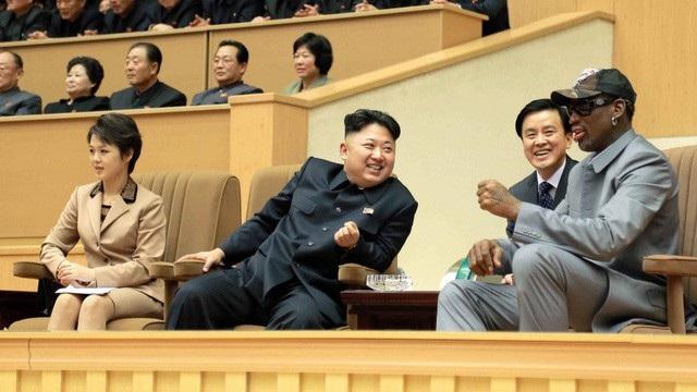 Nhà lãnh đạo Kim Jong-un và phu nhân xem bóng rổ cùng ngôi sao Dennis Rodman tại Bình Nhưỡng (Ảnh: Reuters)