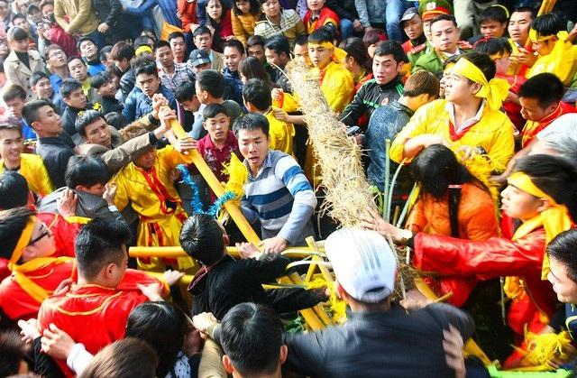 Thanh niên lao vào cướp lộc ở Hội Gióng (Sóc Sơn) năm 2016.