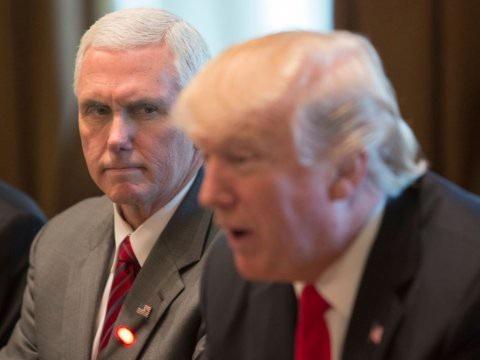 Phó Tổng thống Mỹ Mike Pence (trái) và Tổng thống Donald Trump (Ảnh: Getty)