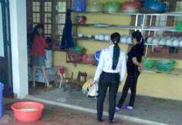 Giáo viên và hiệu trưởng ở Lào Cai dọa thả bé vào máy vặt lông gà