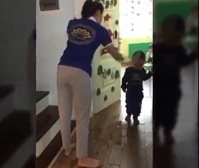 Cô giáo tại một cơ sở mầm non tư thục ở Hà Nội dùng dép tổ ong đánh vào mặt, đầu trẻ