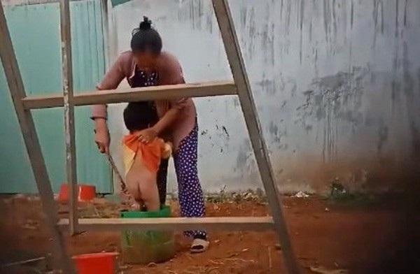 Giữa trời lạnh giá, bé trai 2 tuổi ở Đắk Nông bị người giữ trẻ hành hạ