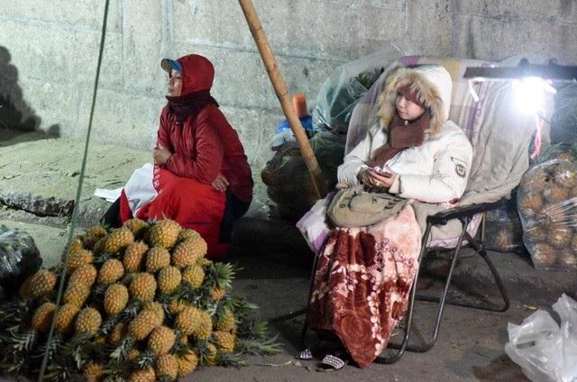 Không khí lạnh tràn về khiến nhiệt độ ở Hà Nội giảm sâu. Trong thời tiết rét buốt, nhiều người vẫn miệt mài làm việc thâu đêm và tìm đủ mọi cách để giữ ấm. (Ảnh: Toàn Vũ)