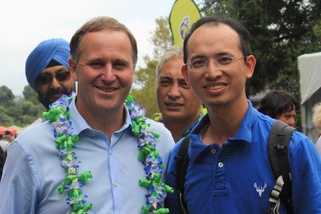 Bá Lâm (bên phải) chụp ảnh với cựu Thủ tướng New Zealand John Key tại Lễ hội Pacifica.