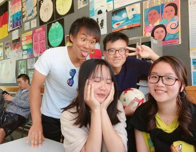 Minh Anh (hàng đầu, bên trái) hiện là du học sinh lớp 12 Otaki College, New Zealand.