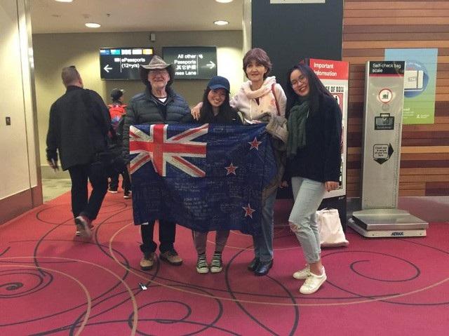 Nguyễn Mai Trang (ngoài cùng bên phải, du học sinh lớp 13 trường Waiuku College – Auckland, New Zealand).