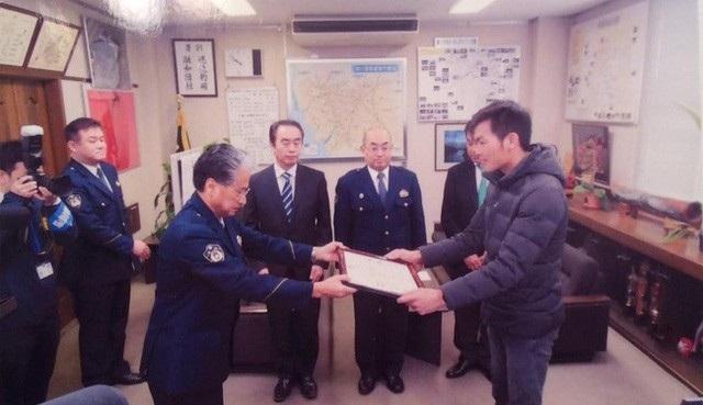 Đặng Văn Mong được Cảnh sát trưởng thành phố Yanagawa trao giấy khen cho tại hội trường tỉnh trong năm 2017.
