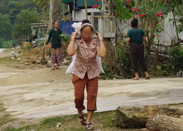 Hết nuôi con, nhiều phụ nữ huyện miền núi lại còng lưng nuôi cháu sau khi con gái lấy chồng Trung Quốc, sinh con rồi đưa về Việt Nam