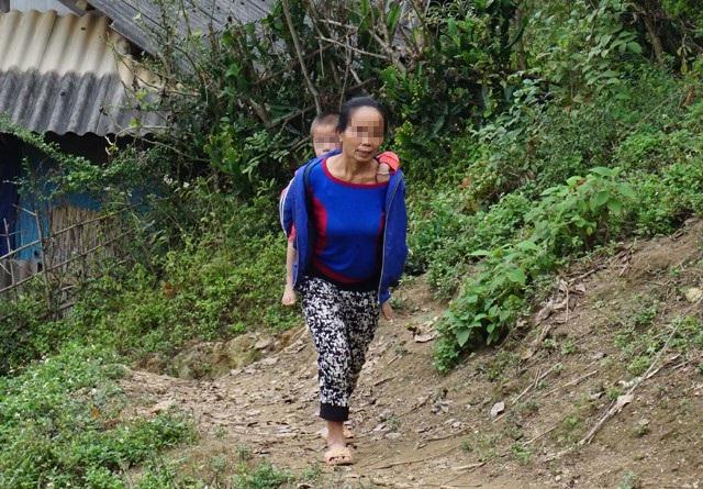 Bà Lô Thị H. cõng cô cháu gái đi chơi giữa trời giá rét, trong khi cháu chỉ mặc chiếc áo thun. Bé gái được đưa từ Trung Quốc về, bà không biết bố của cháu là ai. Hiện cô con gái tiếp tục đi làm ăn xa, để con lại cho ông bà chăm sóc
