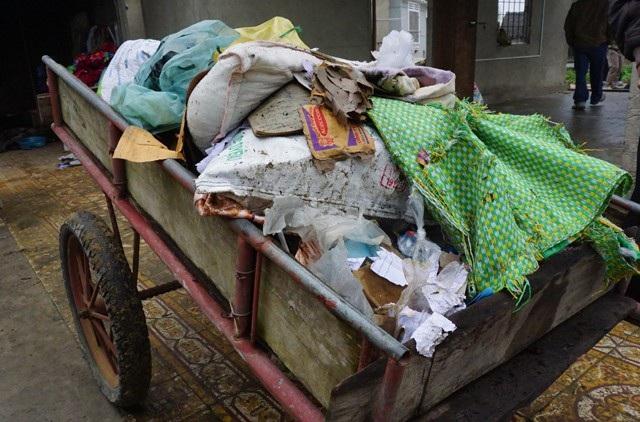 Toàn bộ đồ đạc, vật dụng trong nhà bị hư hỏng, được tập kết ra ngoài