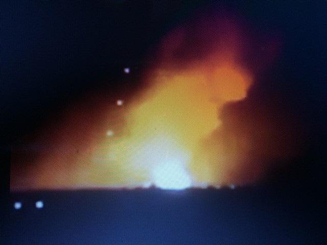 Sau khi nghe tiếng nổ vang trời, người dân tại huyện Đắk Đoa (Gia Lai) chạy ra xem, ghi lại hình ảnh vụ nổ lớn kéo theo lửa sáng diện rộng. Vụ nổ xảy ra vào khoảng hơn 22h tối 10/1, tại khu vực đóng quân của Lữ đoàn tăng thiết giáp 273.
