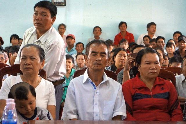 Ông Huỳnh Văn Nén (ngồi giữa) được bồi thường 10 tỷ đồng cho hơn 17 năm ngồi tù oan (Ảnh: Trúc Hà).