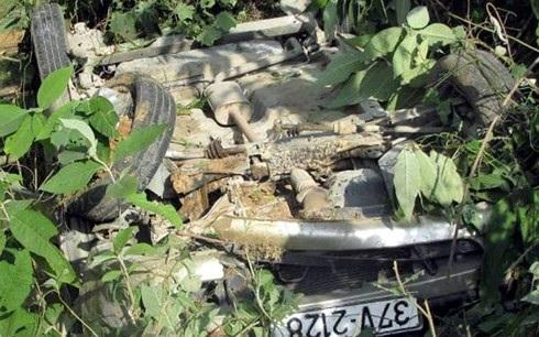 Hiện trường nơi xảy ra vụ tai nạn, chiếc ô tô bị lật ngửa dưới vực. Ảnh: Bá Hậu