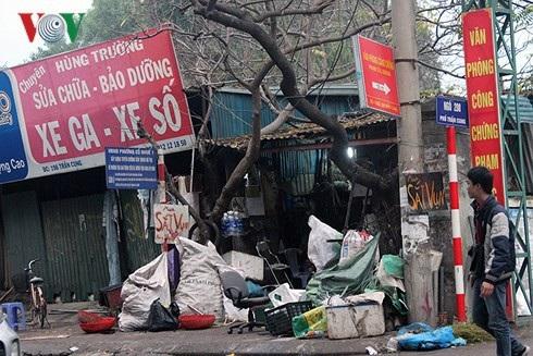 Một cửa hàng thu mua phế liệu trên phố Trần Cung ngổn ngang hàng hóa.