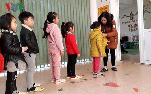 Nhiều học sinh ở Sa Pa vẫn đến trường dù ngoài trời rét 2-3 độ C - 1