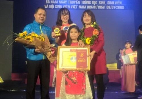 Sinh viên Trần Thu Hà (giữa) trong lễ kỷ niệm 68 năm ngày truyền thống HSSV và Hội Sinh viên Việt Nam
