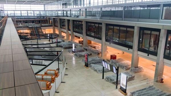 Nội thất bên trong sân bay vẫn được che phủ bằng túi bóng