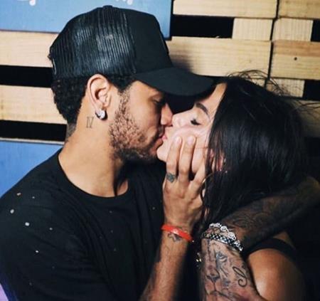 Neymar nồng nàn khóa môi bồ cũ