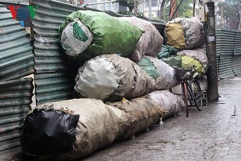 Những bao phế liệu chất đống trong ngõ 34 Hoàng Cầu.