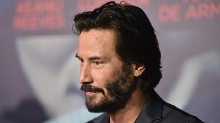 """Những đau buồn trong đời Keanu Reeves đã bắt đầu từ khi anh còn là một đứa trẻ. Bị cha bỏ rơi lúc mới ba tuổi, mẹ thì tái giá nhiều lần, Keanu Reeves cũng theo đó mà phải chuyển nhà liên tục. Chính bản thân nam tài tử từng thừa nhận rằng mình có một tuổi thơ """"cầu bơ, cầu bất""""."""