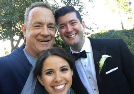 Vô tình gặp được fans của mình trong đám cưới, Tom Hank đã hào phóng chụp hình tặng fans và thậm chí còn gửi cả lời chúc phúc cho cô dâu, chú rể thông qua mạng xã hội.