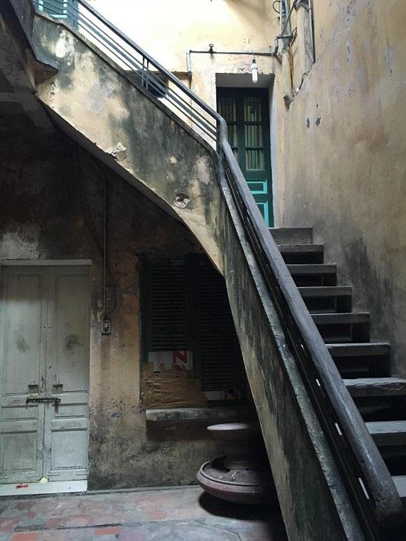 Cầu thang dẫn lên các tầng đã nhuốm màu rêu phong theo năm tháng. Ảnh: Thanh Hải