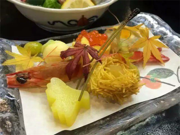 Trong một lần đi ăn sushi ngoài hàng, Yokoishi đã bắt gặp những chiếc lá quen thuộc của thôn làng ở ngay trên…đĩa thức ăn