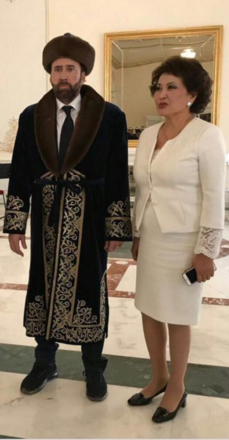Lần đầu đến Kazakhstan thăm người hâm mộ, Nicolas Cage đã được dành tặng một bộ cánh đặc biệt như thế này.