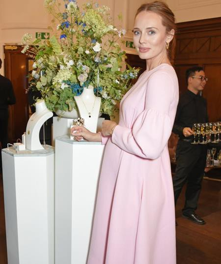 Hồi tháng 11 vừa qua, người đẹp Laura Haddock đã công khai chuyện bầu bí khi diện một chiếc đầm bầu hồng hết sức đáng yêu đến dự sự kiện tại London. Và ngay lập tức, các fans đã gửi lời chúc mừng tới Laura cùng ông xã Sam Claflin.