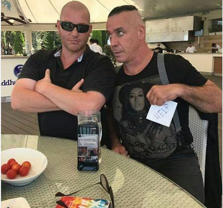 """Till Lindemann cũng đã gặp được một người hâm mộ """"ngầu"""" không kém."""