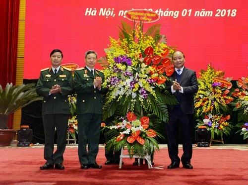 Thủ tướng Chính phủ Nguyễn Xuân Phúc tặng hoa chúc mừng Bộ tư lệnh Tác chiến không gian mạng.