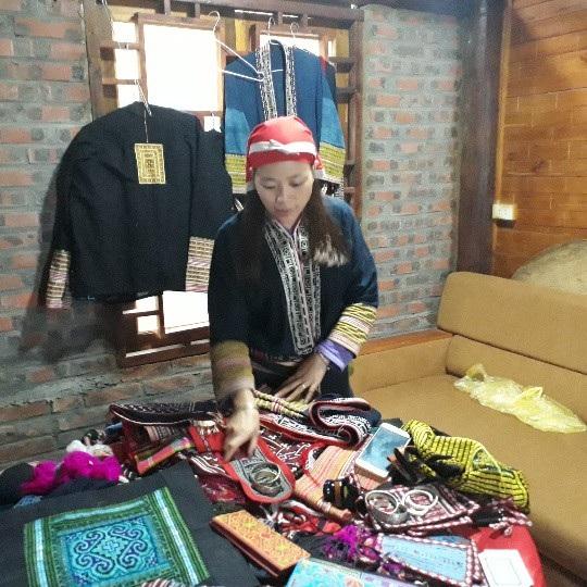 Nhiều sản phẩm do chính tay phụ nữ người Dao đỏ làm trở thành những món quà lưu niệm của du khách khi đến Tả Phìn