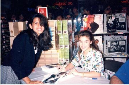 Trong quá khứ, Alyssa Milano đã có cơ hội kí tặng cho một fan nữ 15 tuổi vô cùng xinh đẹp có tên Eva Mendes.