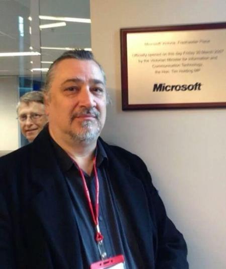 """Khi bạn chỉ muốn có một bức hình tự sướng thật """"ngầu"""" tại văn phòng của Microsoft và rồi ngẫu nhiên có một đại nhân vật lọt vào ống kính."""