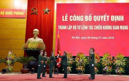 Đại tướng Ngô Xuân Lịch trao Quân kỳ Quyết thắng cho Bộ tư lệnh Tác chiến không gian mạng.