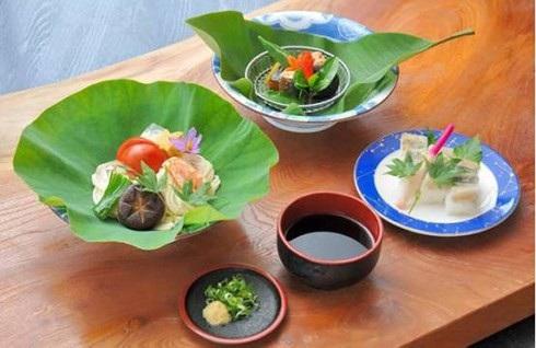 Nhiều nhà hàng đã sử dụng những chiếc là tuyệt đẹp ở Kamikatsu để trang trí, khiến thực khách yêu thích đến nỗi sau khi ăn xong còn gói mang về