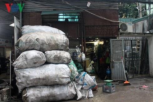 Tầng một của căn nhà trên phố Trần Cung chất đầy hàng hóa phế liệu, chật hẹp, tầng 2 là nơi sinh sống của chủ cửa hàng.