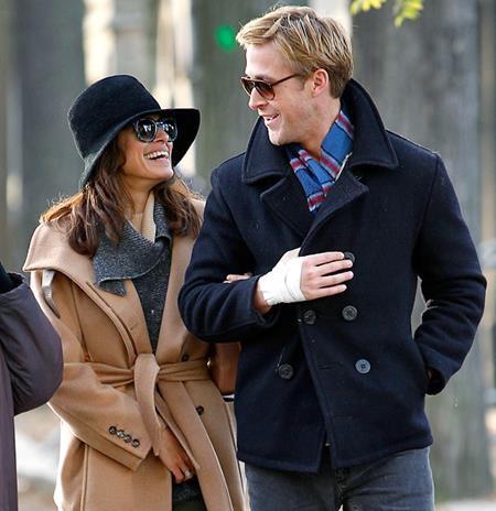 """Sau 6 năm bên nhau, mối quan hệ của Ryan Gosling và Eva Mendes vẫn hết sức kín tiếng nhưng ai ai cũng biết về mức độ ngọt ngào của cặp đôi. Eva Mendes đã lần lượt sinh hạ hai cô con gái đáng yêu cho Ryan Gosling đồng thời tạo dựng cho nam tài tử một mái ấm trọn vẹn yêu thương. Bản thân Ryan Gosling cũng không thể che giấu nổi niềm hạnh phúc khi chia sẻ: """"Như là thiên đường ấy. Như thể mỗi ngày tôi đều bước qua một cánh đồng hoa. Tôi đang được sống với những thiên thần""""."""