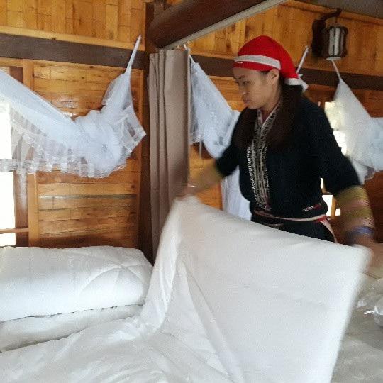 Homestay của chị Mẩy thường xuyên được lễ tân gấp chăn, màn gọn gàng, dọn phòng sạch sẽ