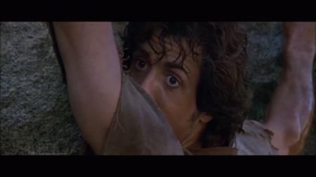 """Trong """"First blood"""", phần phim đầu tiên về John Rambo, Sylvester Stallone đã phải nhảy khỏi một tảng đá lớn để chạy trốn cảnh sát. Bất chấp cảnh quay đầy mạo hiểm, Sylvester Stallone vẫn không dùng đến thế thân và kết quả, nam tài tử đã bị gãy hai xương sườn do tiếp đất không thành công."""
