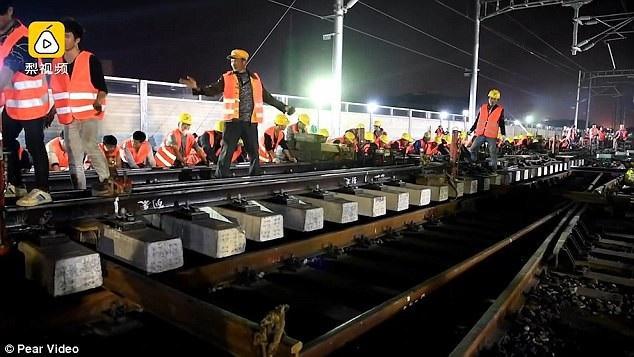 Bên cạnh việc kết nối ba tuyến đường sắt, các công nhân còn phải lắp đặt hàng loạt hệ thống đèn tín hiệu cùng các thiết bị giám sát