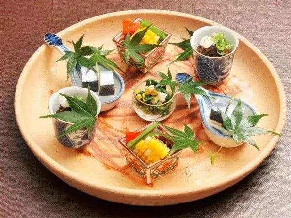 Dần dần, lá cây trở thành trào lưu trang trí thời thượng tại các Ryotei, thậm chí các nhà hàng khác cũng bắt đầu học theo