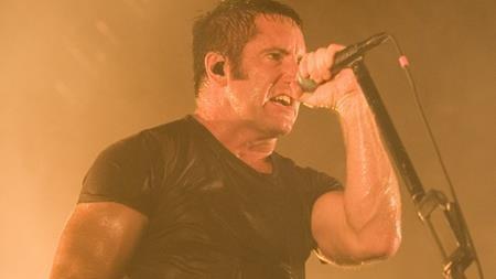 Yêu cầu của Trent Reznor sau mỗi màn trình diễn nghe có vẻ đơn giản nhưng cũng không kém phần lạ lùng so với các bạn đồng nghiệp, đó là thủ lĩnh nhóm Nine Inch Nails muốn có hai hộp bột ngô trong phòng thay đồ. Nguyên nhân của việc này là vì Trent Reznor thường diện quần da quá bó trên sân khấu và nếu không có bột ngô, nam ca sĩ khó mà có thể cởi đồ ra được.